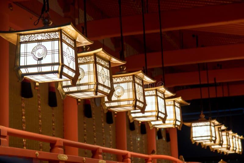 Ligne des lampes décoratives s'allumant dans le temple images stock