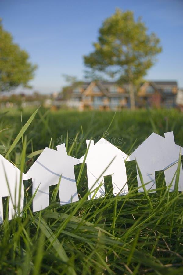 Ligne des maisons de papier images stock
