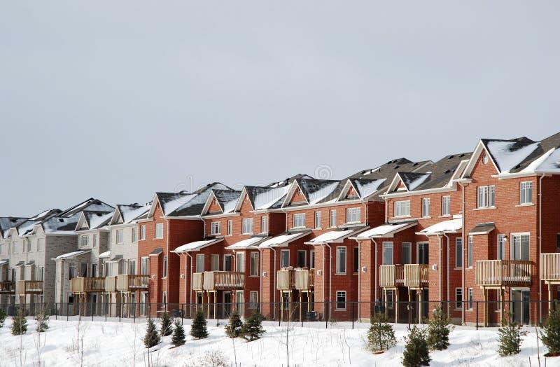 Ligne des maisons en hiver image libre de droits