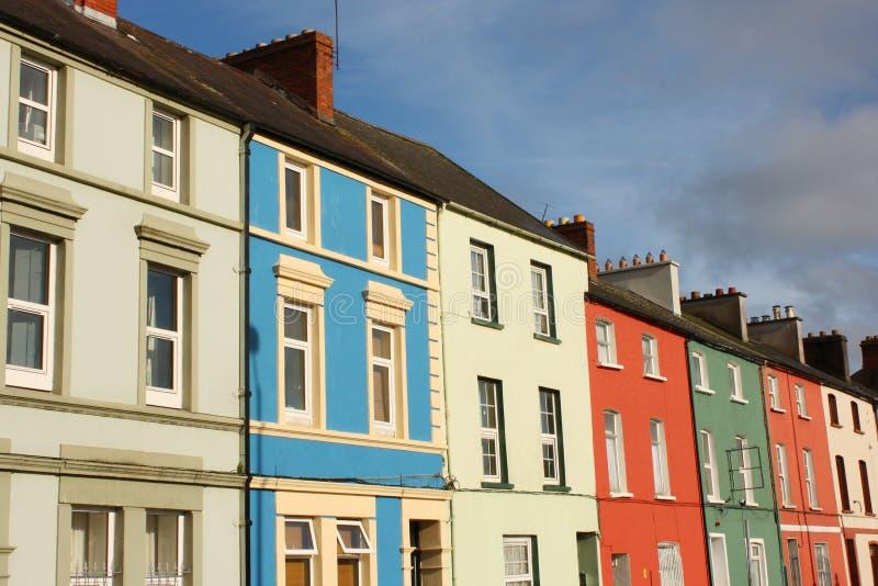 Ligne des maisons irlandaises colorées, liège, Irlande photographie stock libre de droits