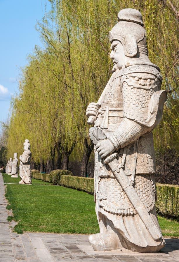Ligne des mandarines de cour et de la statue de garde chez Ming Changling près image stock