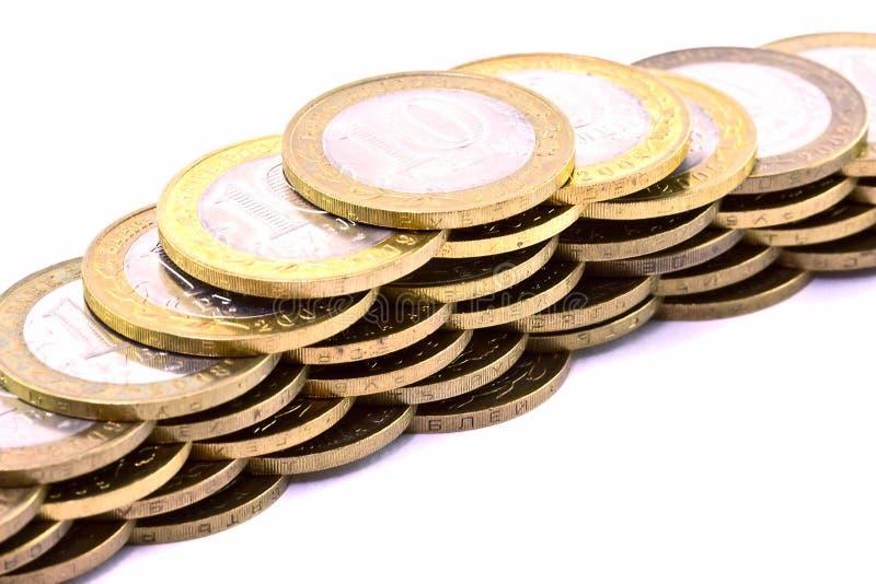 Ligne des pièces de monnaie au-dessus du blanc images libres de droits