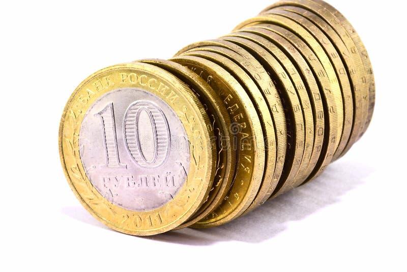Ligne des pièces de monnaie au-dessus du blanc photo libre de droits