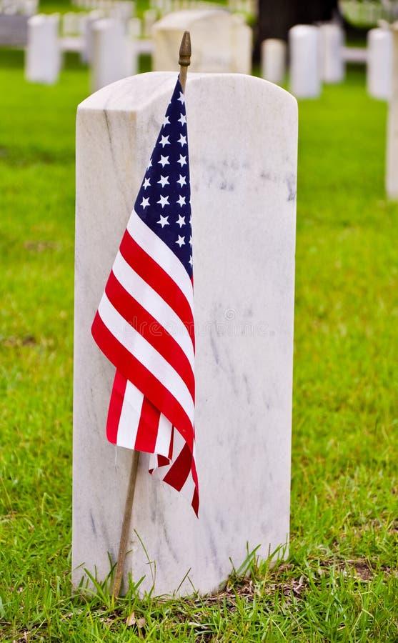 Ligne des pierres tombales avec l'indicateur américain photographie stock