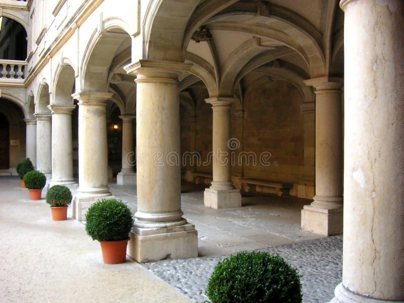Download Ligne des piliers photo stock. Image du voûte, europe, architecture - 86788