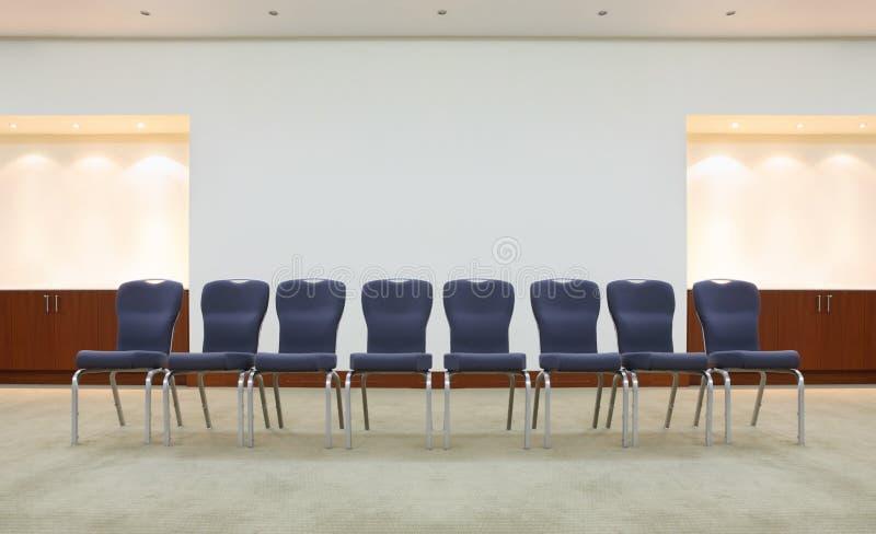 Ligne des présidences confortables dans la salle d'attente images libres de droits