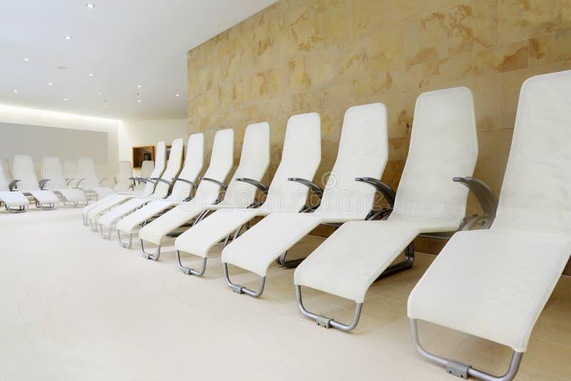 Ligne des sièges confortables dans la chambre pour l'attente. photographie stock