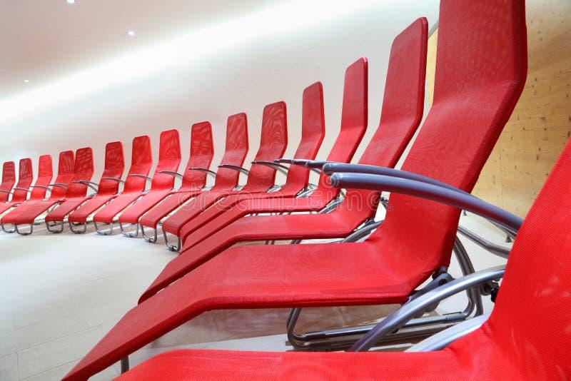 Ligne des sièges confortables dans la chambre vide photos stock