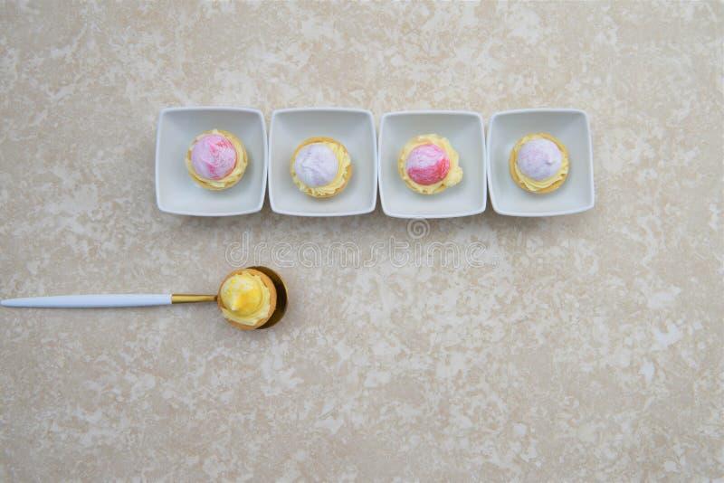 Ligne des tartes de pâtisserie de fruit d'heure d'été photo libre de droits
