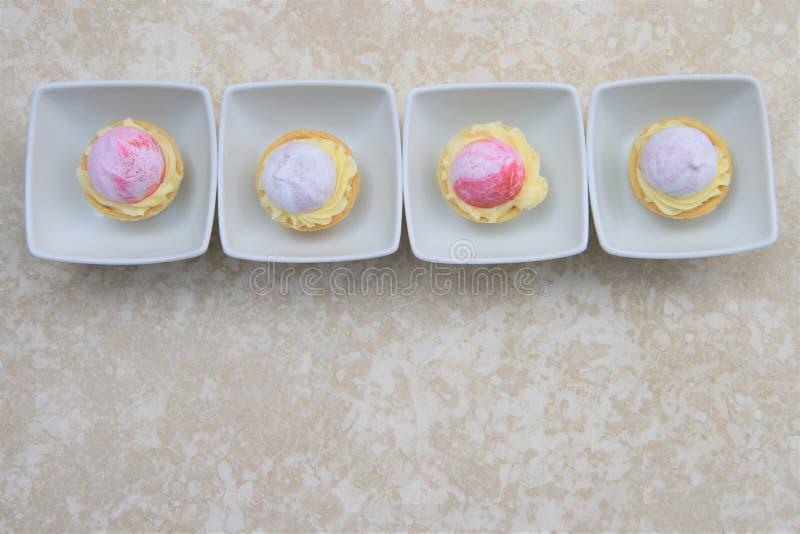 Ligne des tartes de pâtisserie de fruit d'heure d'été photographie stock libre de droits