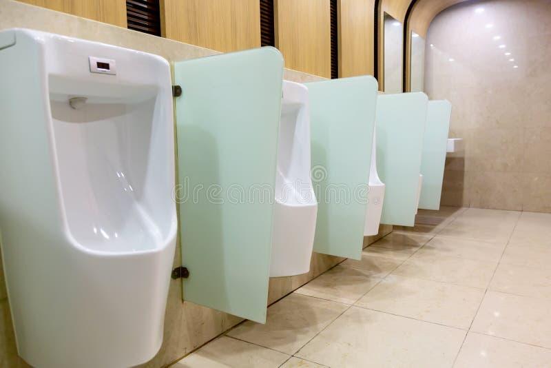 Ligne des urinaux dans une toilette publique photos libres de droits