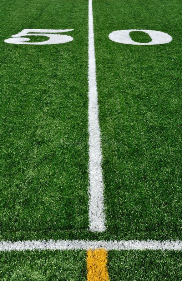 Ligne du yard 50 sur la zone de football américain images libres de droits