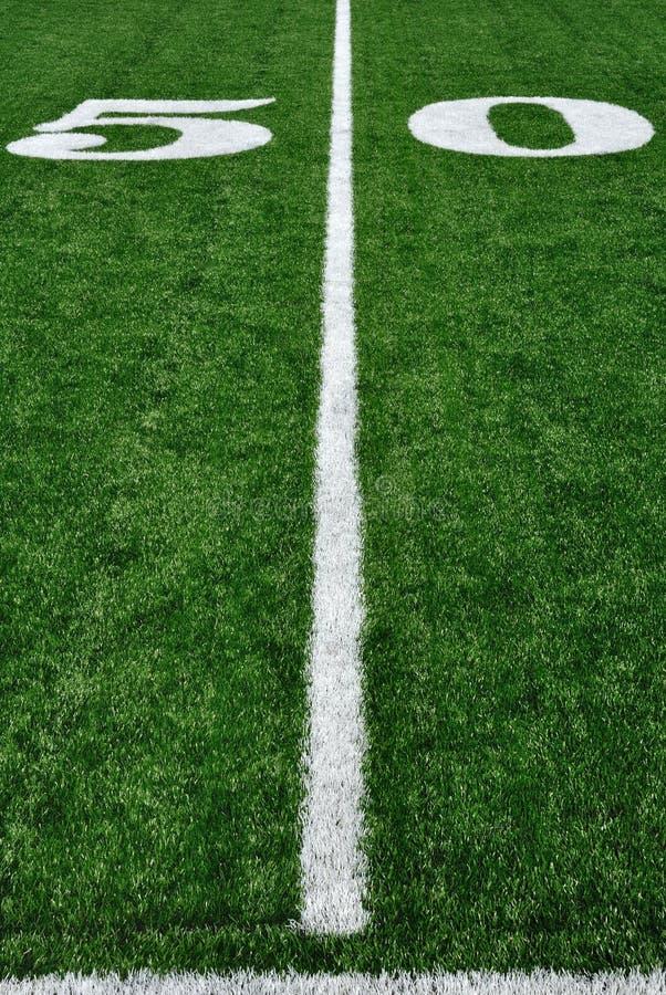 Ligne du yard cinquante sur la zone de football américain photographie stock libre de droits