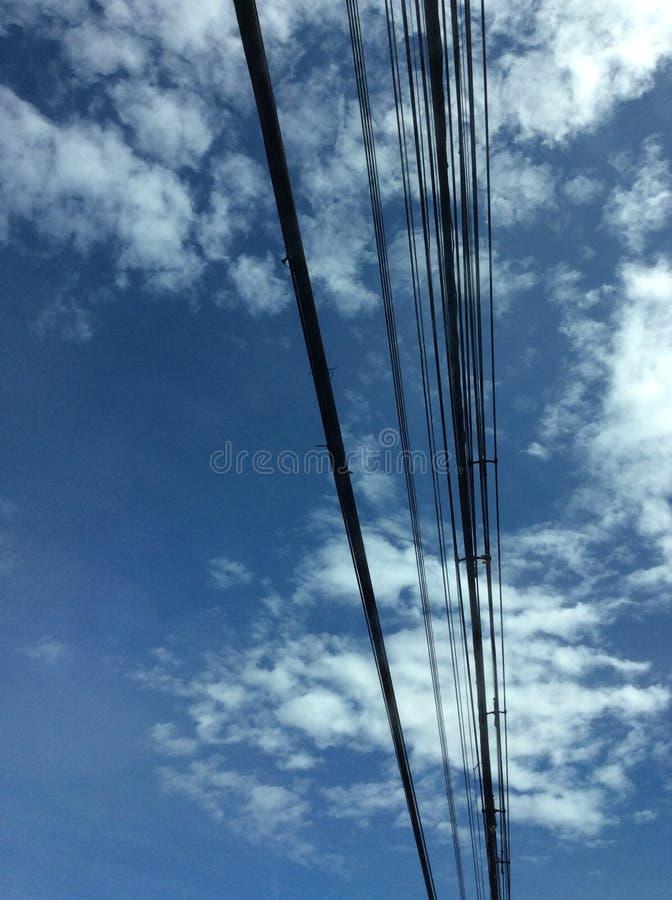 Ligne en acier câble et ciel bleu photographie stock libre de droits