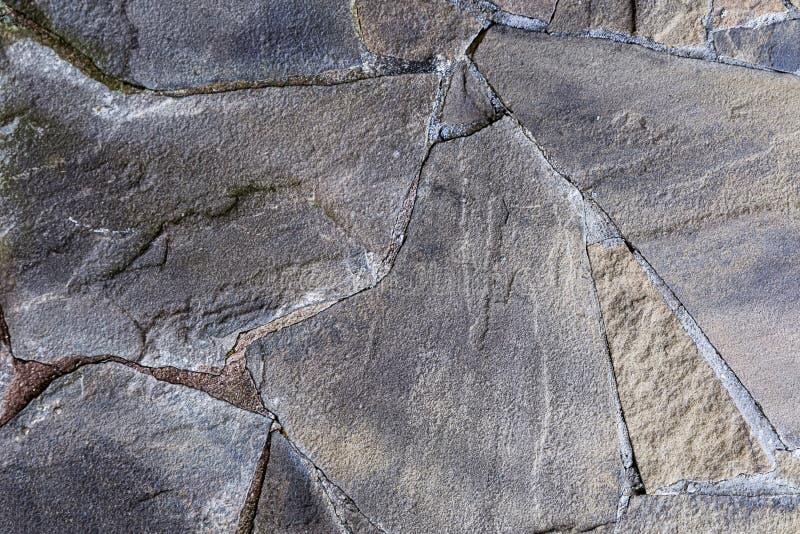 Ligne en pierre grise base rigide superficielle par les agents par mur de ciment de pierre de surface de fente de plat de joints image stock