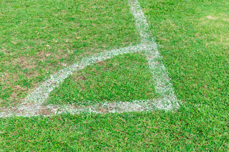 Ligne faisante le coin blanche sur le terrain de football photo libre de droits