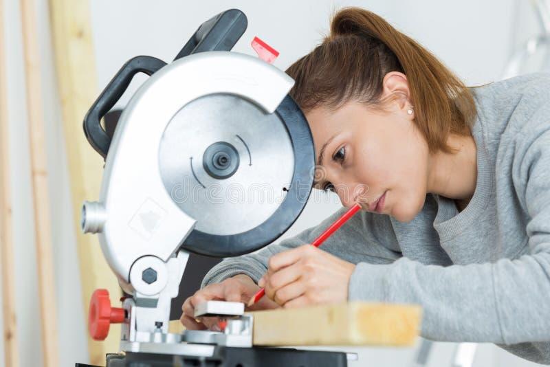 bois femelle de planche de coupe de charpentier photo