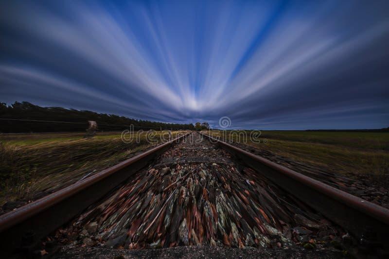 Ligne ferroviaire abandonnée longue par exposition photographie stock