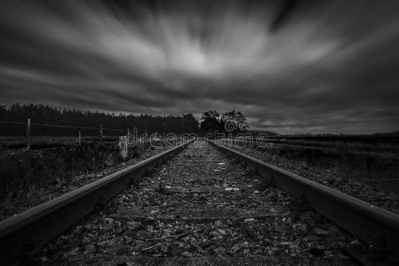 Ligne ferroviaire abandonnée longue par exposition photographie stock libre de droits