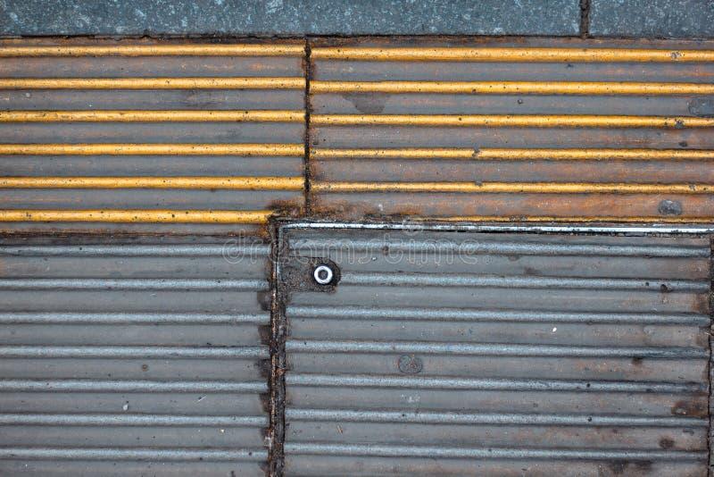 Ligne jaune de sécurité à la plate-forme de station de train photographie stock libre de droits