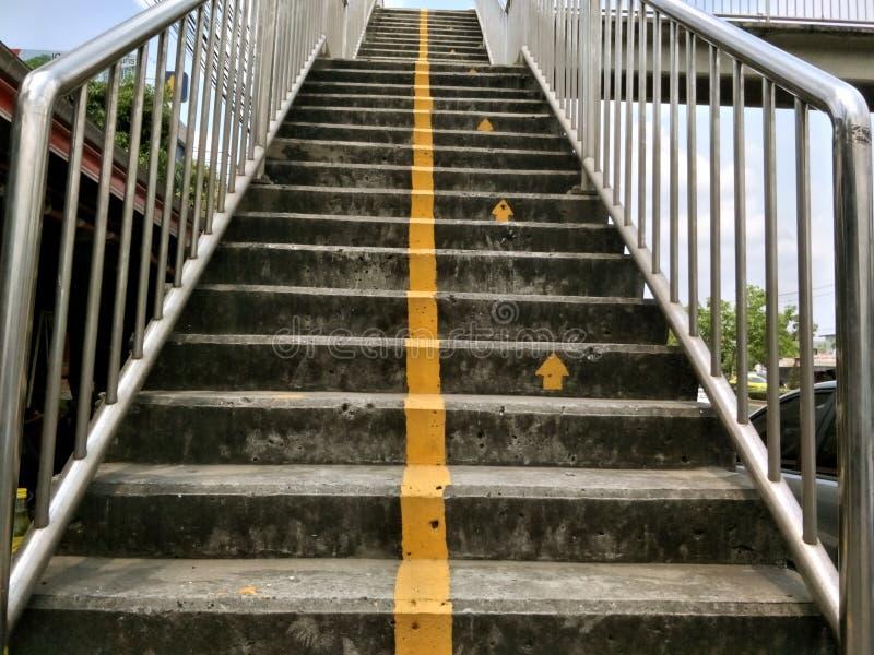 Ligne jaune signe d'escalier au passage supérieur image stock