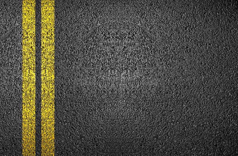 Ligne jaune sur l'asphalte photo libre de droits