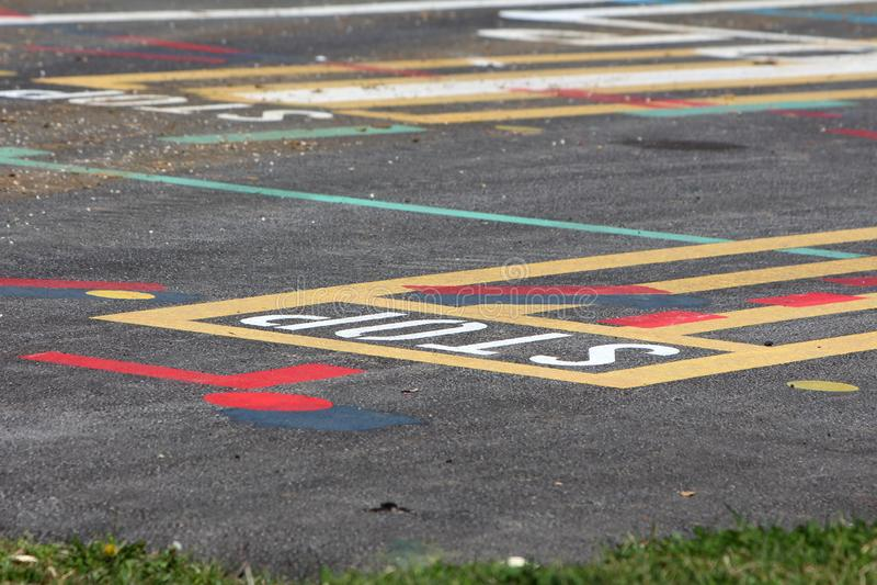 Ligne pavée de rue site d'essai avec de diverses formes et lettres colorées peintes sur le trottoir photos libres de droits