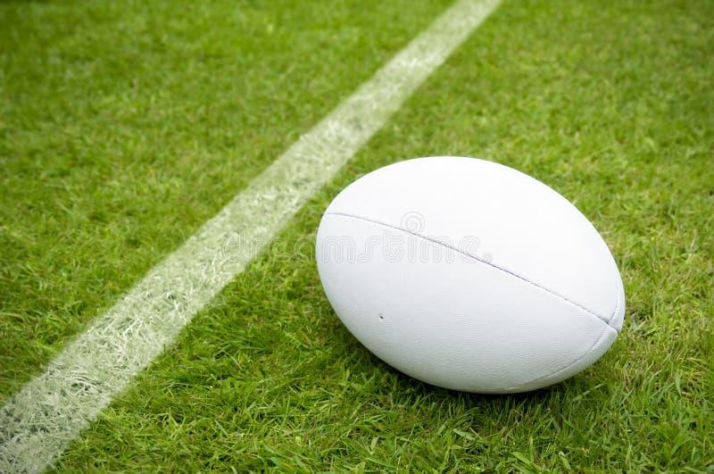 Ligne proche d'essai de boule de rugby sur le lancement de rugby photographie stock libre de droits