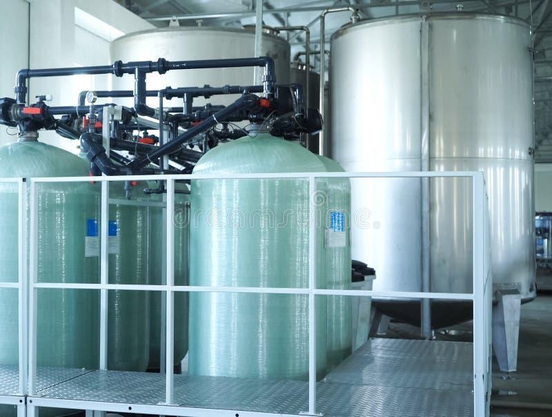 Ligne remplissante de l'eau de scintillement dans la bouteille d'animal familier Mini usine pour l'eau de mise en bouteilles photo libre de droits