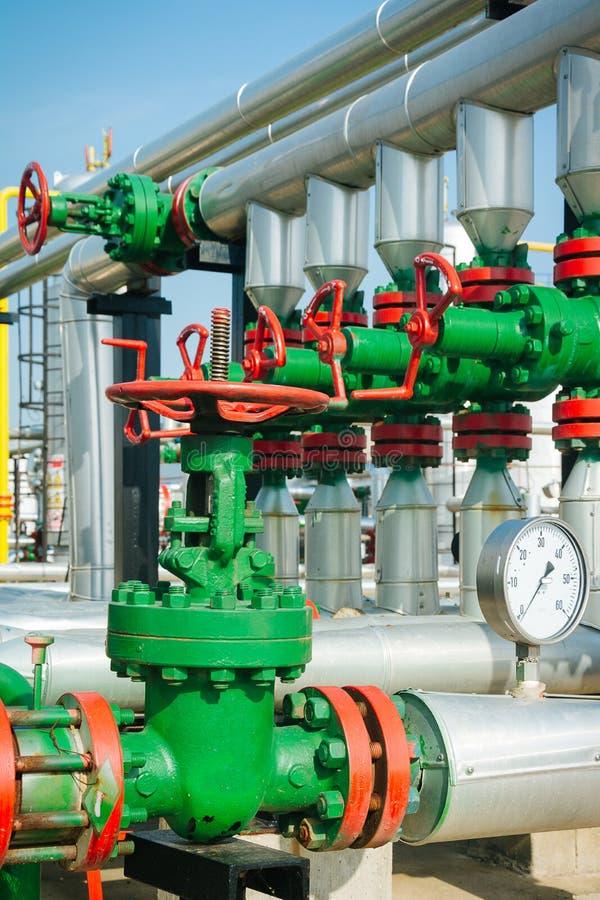 Ligne valves de tuyau de pétrole et de gaz images stock