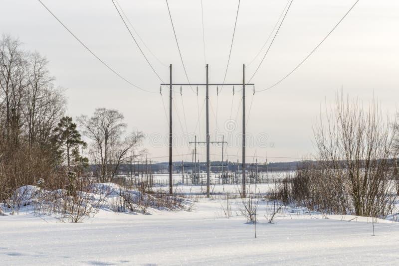 Lignes à haute tension avec la centrale électrique photo stock