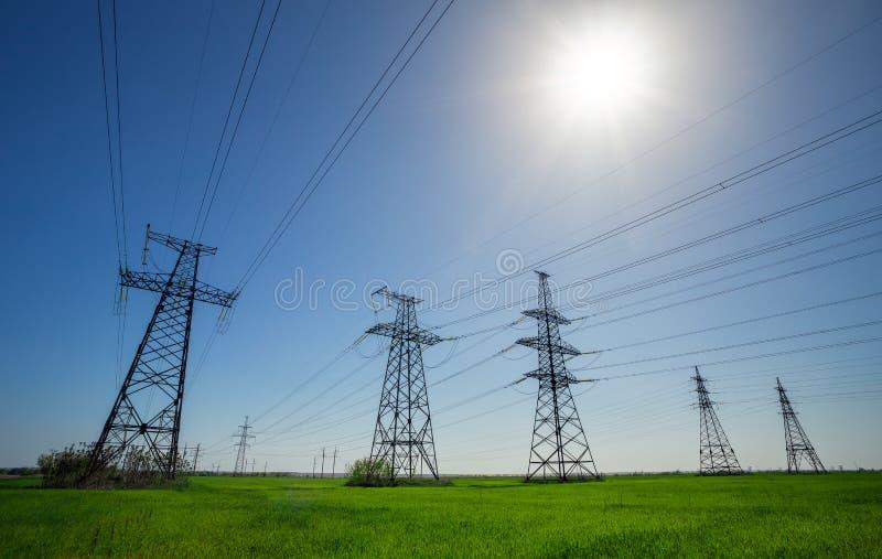 Lignes à haute tension et pylônes de pouvoir photographie stock libre de droits
