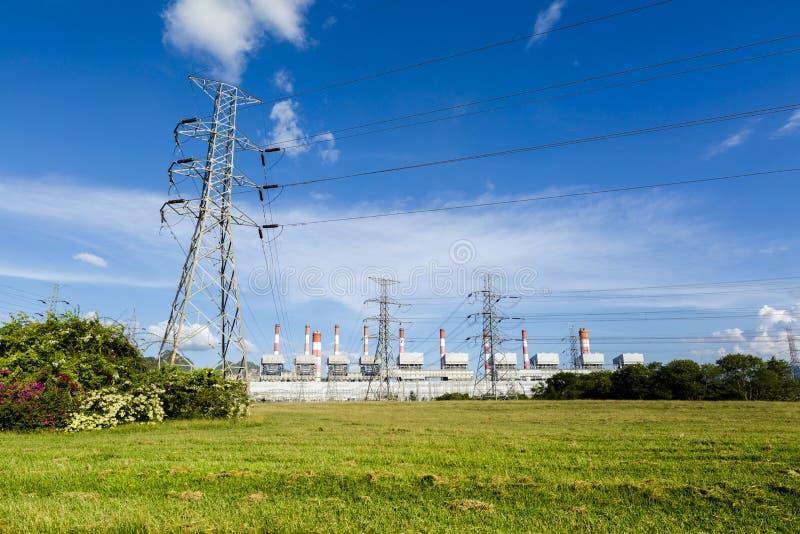 Lignes à haute tension et pylônes de puissance dans un paysage agricole plat et vert images stock