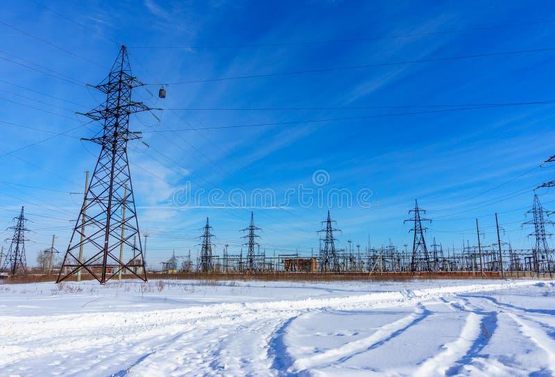 Lignes électriques à haute tension au ciel bleu Station de distribution de l'électricité image libre de droits