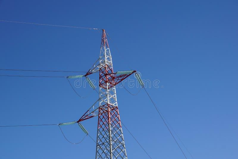 Lignes électriques à haute tension Distribution de l'électricité Tour électrique à haute tension de transmission images stock