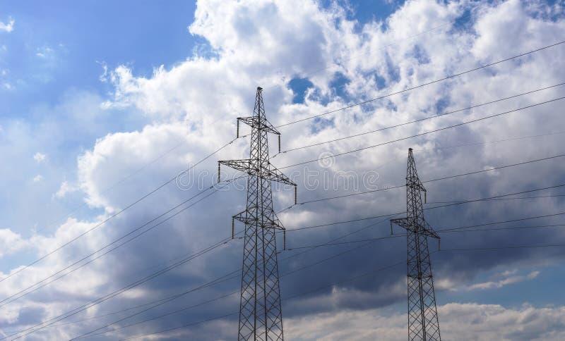 Download Lignes électriques à Haute Tension 110 Kilovolts Sur Le Fond Nuageux De Ciel De Soirée Image stock - Image du infrastructure, ciel: 77152091