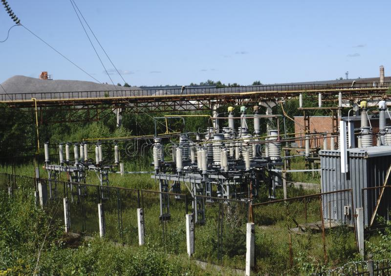 Lignes électriques à haute tension Station de distribution de l'électricité photographie stock
