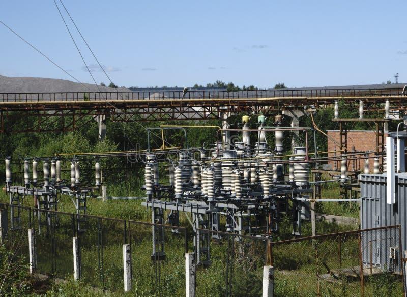Lignes électriques à haute tension Station de distribution de l'électricité photos stock