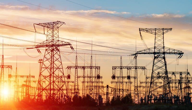 Lignes électriques à haute tension Station de distribution de l'électricité haut photos libres de droits