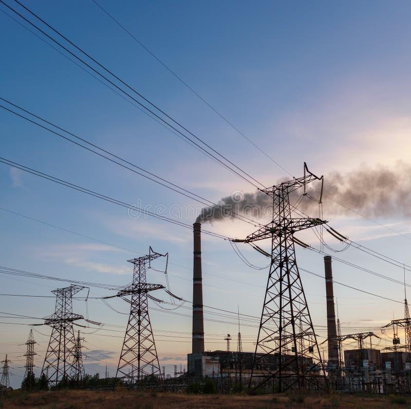 Lignes électriques à haute tension Station de distribution de l'électricité haut photographie stock libre de droits