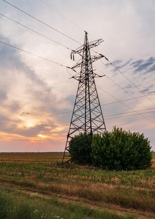 Lignes électriques à haute tension Station de distribution de l'électricité haut images libres de droits
