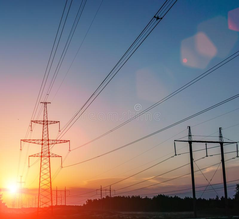 Lignes électriques à haute tension Station de distribution de l'électricité haut image libre de droits