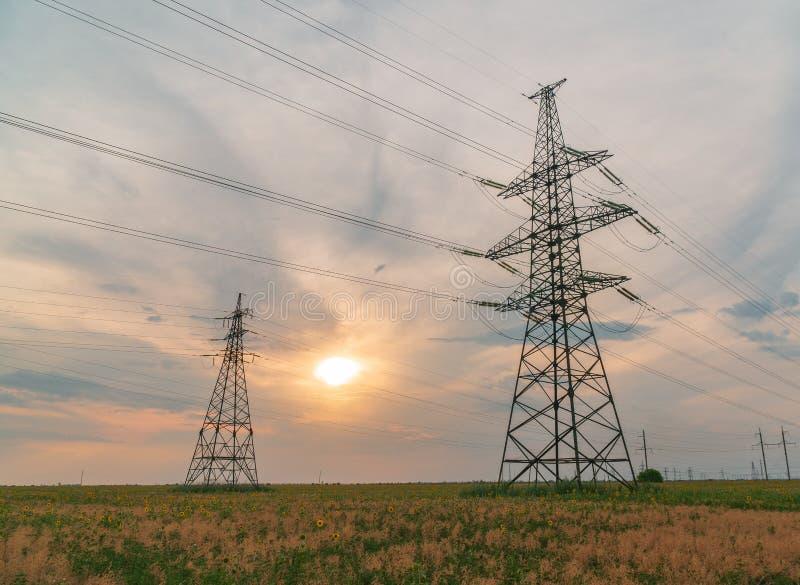 Lignes électriques à haute tension Station de distribution de l'électricité haut image stock