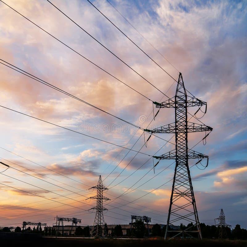Lignes électriques à haute tension Station de distribution de l'électricité haut photo stock