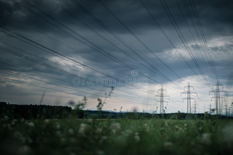 Lignes électriques à haute tension Station de distribution de l'électricité Hig photographie stock libre de droits