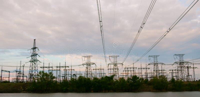 Lignes électriques à haute tension Station de distribution de l'électricité Tour électrique à haute tension de transmission Distr photo stock