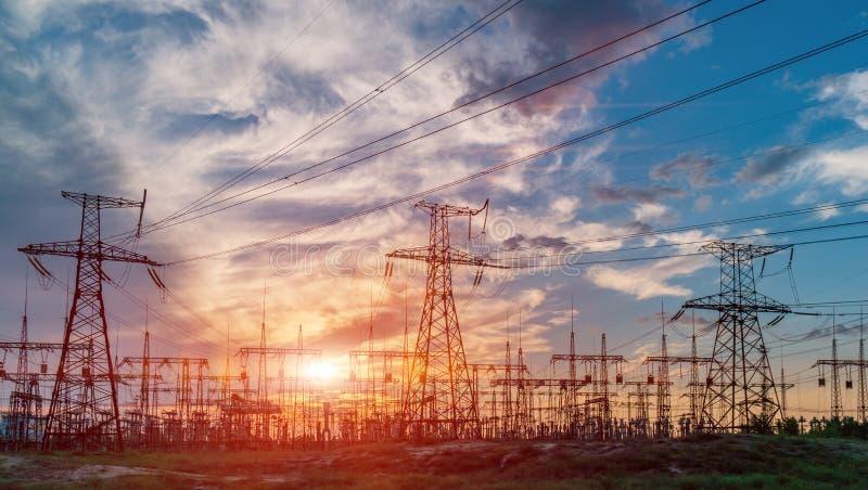 Lignes électriques à haute tension Station de distribution de l'électricité Tour électrique à haute tension de transmission Distr images stock