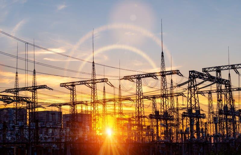 Lignes électriques à haute tension Station de distribution de l'électricité Tour électrique à haute tension de transmission Distr photos libres de droits