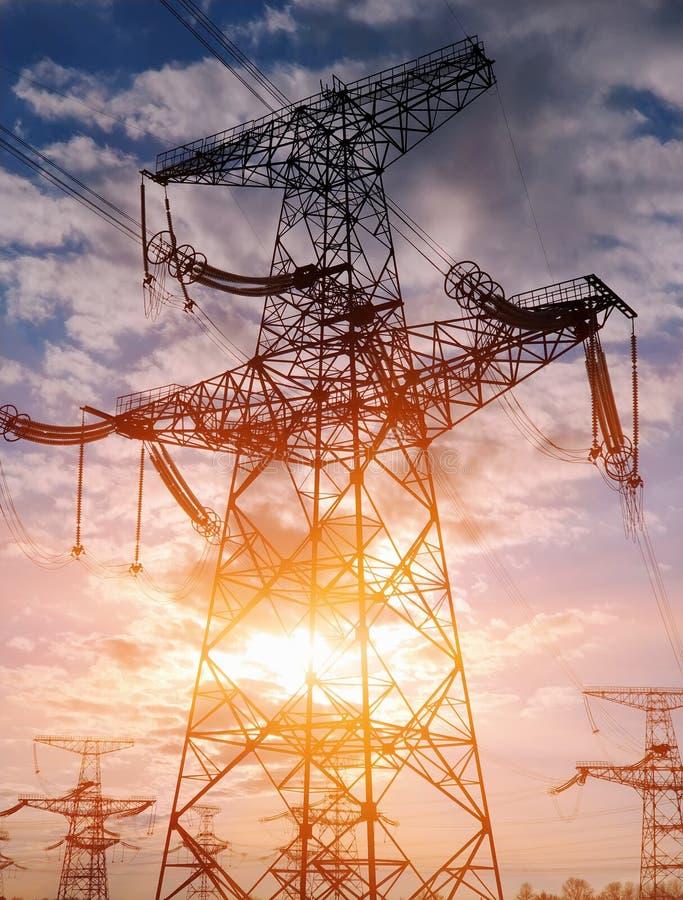 Lignes électriques à haute tension Station de distribution de l'électricité Tour électrique à haute tension de transmission Distr photographie stock