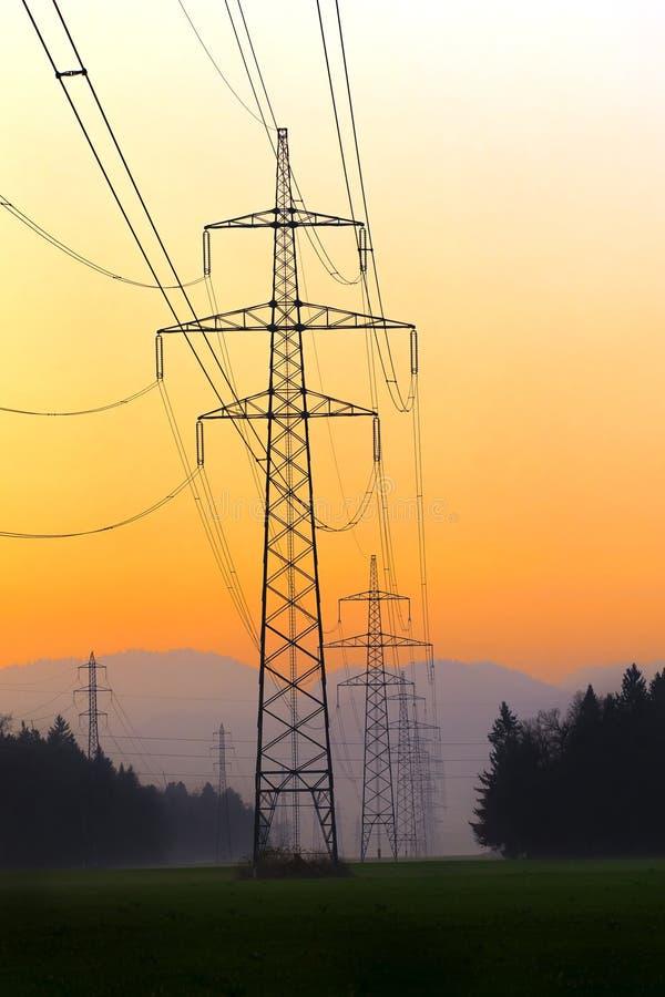 Lignes électriques électriques en ciel Courant électrique et énergie alternative photo stock